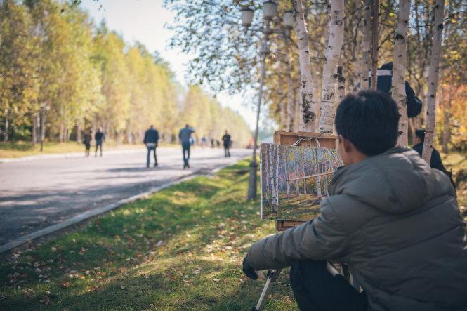 Sáng chủ nhật, bắt gặp người vẽ tranh phong cảnh bên đường